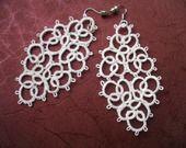 Boucles d'oreille dentelle blanche, boucles d'oreille dentelle frivolite, bijoux faite main, bijoux crochet : Boucles d'oreille par carmentatting