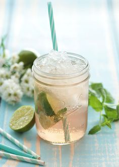 Sommerschorle mit Rosé, Tonic Water, Limette und Minze Summer spritzer with rosé, tonic water, lime and mint Tonic Water, Gin And Tonic, Summer Cocktails, Cocktail Drinks, Rose Cocktail, Healthy Eating Tips, Healthy Drinks, Healthy Food, Smoothie Bol