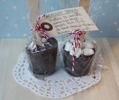 An irresistible desire to .: Chocolate lollipops (for hot chocolate) Diy Christmas Gifts, Christmas Projects, Christmas Time, Chocolate Lollipops, Diy Mugs, Homemade Gifts, Hot Chocolate, Buffet, Diy And Crafts