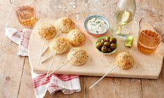 Met deze hartige hapjes van bladerdeeg gevuld met gehakt en feta is je avond hoe dan ook een feestje! Bekijk hier hoe Koopmans bakexpert Danna deze maakt.