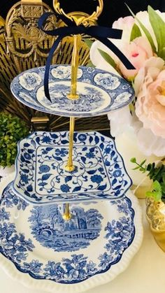 Blue Willow China, Blue China, Kitchen Wet Bar, Blue And White Dinnerware, Wedding China, French Country Living Room, Blue And White Vase, Tea Sets Vintage, Wedding Cake Stands