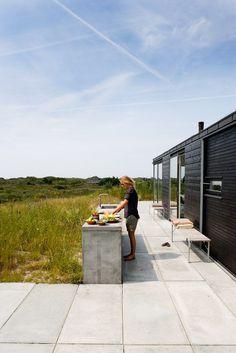 Outdoor kitchen_summer house in Denmark by Kontur Arkitekter Outdoor Rooms, Outdoor Gardens, Outdoor Living, Indoor Outdoor, Interior Design Minimalist, Minimalist Decor, Minimalist Living, Minimalist Bedroom, Modern Outdoor Kitchen