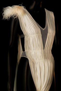 """Costume de Blanche Neige dans """"Blanche Neige"""", Ballet Preljocaj, 2008. © Pascal François / CNCS"""