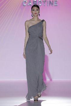 El corte helénico siempre es elegante, más con cuerpo asimétrico y drapeado. Un vestido ideal de Cabotine... http://www.boda.tv/Pasarela/gaudi-novias-2013/madrina/cabotine.htm
