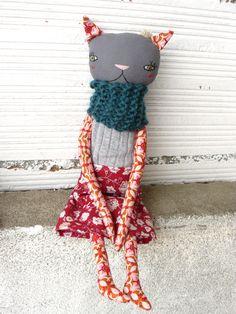 Muñeca gata de lino y algodón con pelo de alpaca y seda. Bufanda tejida a mano. de AntonAntonThings en Etsy