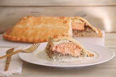 Ésta es una de las recetas que más me gusta para estas fiestas. Ya os he contado alguna vez que mi pescado favorito es el salmón y todas las recetas que lo llevan me encantan. Esta empanada, el Kulibiak, es una especialidad de la Pascua y la Navidad rusa (data del siglo XVII) y se introdujo en la cocina francesa en el siglo XIX. Hoy es conocida mundialmente. La receta puede parecer complicada porque es larga, pero os aseguro que no lo es. Da para unas 12 raciones y es un plato principal muy… Empanadas, Salmon, Bread, Cheese, Recipes, Food, Quiches, Carne, Instagram