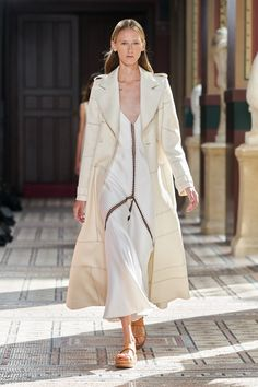 Gabriela Hearst Spring 2021 Ready-to-Wear Collection - Vogue Capsule Outfits, Chic Outfits, Fashion Outfits, Vogue Paris, Fashion News, Fashion Show, 50 Fashion, Fashion Trends, Black Fashion Designers
