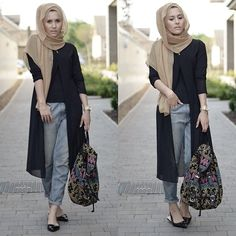 Laid back in my @lazydollonline camel scarf on lazydoll.com and my @biruebynad chiffon cardi! Blogpost tonight the tutorial for this scarf style is already on my channel! #dinatokio #instafashion #lazydoll