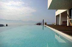 Magnifique piscine à débordement qui ne demande que quelques nageurs.