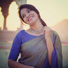 how-to-wear-sarees-to-office-2019 (3) Silk Saree Blouse Designs, Saree Blouse Patterns, Fancy Blouse Designs, Formal Saree, Stylish Blouse Design, Saree Trends, Saree Models, Stylish Sarees, Saree Look