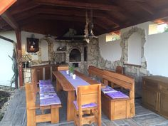 Sestava rustikálního zahradního nábytku z ručně loupaných dubových fošen u zákazníku na Moravě.