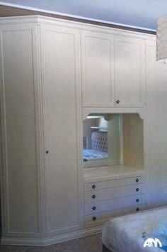 Armadio a muro di colore bianco montato in una camera da letto al centro di Roma.