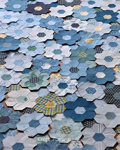 Quick Machine Sew Hexagon Flower Quilt Block tutorial is about how to sew hexagon flower with sewing machine, quick method to shorten time spent on quilting Colchas Quilt, Quilt Blocks, Hexagon Quilt Pattern, Quilt Patterns, Hexagon Quilting, Quilting Tutorials, Quilting Projects, Quilting Ideas, Block Craft
