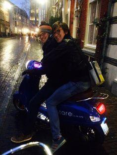 100% Elektrisch, onze blauwe scooter.