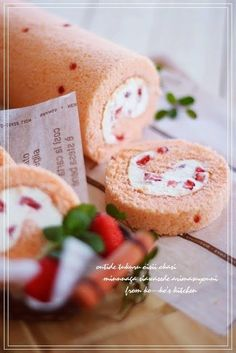 Strawberry Tiramisu Roll Cake Recipe by cookpad. Strawberry Roll Cake, Strawberry Tiramisu, Japanese Roll Cake, Japanese Swiss Roll Recipe, Swiss Roll Cakes, Cake Roll Recipes, Sushi Recipes, Patterned Cake, Different Cakes