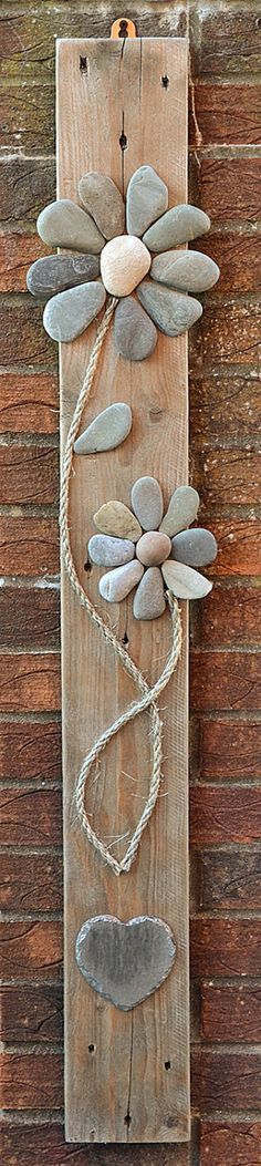 20 Creative Outdoor Wall Decor Ideas Cool thing to do with our special rocks so they can be displayed! The post 20 Creative Outdoor Wall Decor Ideas appeared first on Outdoor Diy. Stone Crafts, Rock Crafts, Diy And Crafts, Arts And Crafts, Beach Crafts, Crafts With Rocks, Deco Nature, Creation Deco, Outdoor Walls