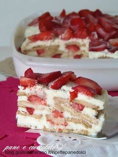 Torta biscotto panna e fragole gelato facile