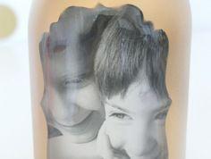 mettre une photo enfant dans un pot en verre, idée de cadre photo original vase diy, peinture dorée, cadeau fête des mères à fabriquer personnalisé