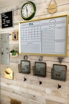 Home Command Center Ideas (LOVE the pallet wall - so rustic farmhouse looking!) How to make a home command center or family organizaton center on your wall. These easy DIY family command center wall ideas are so helpful for getting organized and STAYING o Family Command Center, Command Center Kitchen, Chalkboard Command Center, Diy Home Decor, Room Decor, Wall Decor, Farmhouse Side Table, Rustic Farmhouse, Farmhouse Office