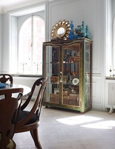 I love this cabinet & display...