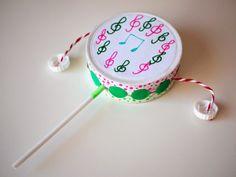 Cómo hacer un sonajero-tambor con una caja de quesitos y unos tapones de plástico