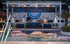 A piscina da casa foi toda decorada com velas e flores