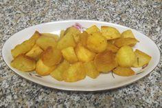 Le patate al forno, croccanti fuori e morbide dentro, sono il contorno per eccellenza. Si abbinano molto bene a tutti i secondi sia di carne che di pesce.