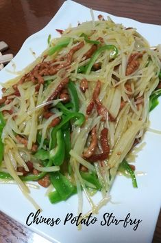 These Chinese shredded potatoes with vinegar and chili are salty, sour, nutty and just spicy enough to make your lips tingle. Chinese potato stir-fry shows you an exciting way to prepare potatoes. Easy Chinese Recipes, Asian Recipes, Ethnic Recipes, Chinese Vegetables, Fried Vegetables, Stir Fry Potatoes, Shredded Potatoes, Eggplant Casserole Recipe, Asia