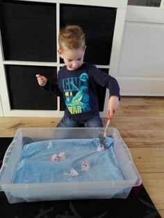 Een motorische en zintuigelijke activiteit. Vries wat (kleiner) speelgoed in, in bijvoorbeeld plastic zakje/plastic eierdoos/ijsklontjesdoosje. Laat de kinderen het speelgoed eruit timmeren.