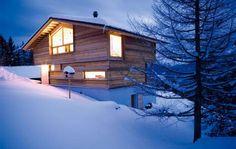 Modern wood chalet, traditional building method (Strickbau, Satteldach)