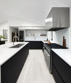 Interiordesign hamptons kitchen, the hamptons Barn Kitchen, Kitchen Dining, Kitchen Decor, Kitchen Cabinets, Hamptons Kitchen, The Hamptons, Black Kitchens, Home Kitchens, Layout Design