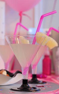 Décoration festive et recettes appétissantes : Vegaoo Party vous propose des recettes originales et des cocktails étonnants pour vos soirées. Succès garanti !