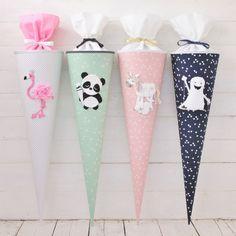 Dies ist die Kollektion 2017 von den Reuberkind Schultüten. Mit Flamingo, Einhorn, Panda und Gespenst gibt es wieder wunderbare süße neue Motive zur Einschulung. Welches ist Euer Lieblingsmotiv? Diese und alle weiteren Reuberkind Schultüten findet Ihr bei uns im Shop.