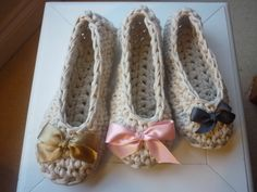 Ravelry: Quick Tshirt Yarn Crochet Slippers pattern by Annaboo's House Knit Shoes, Crochet Shoes, Crochet Slippers, Crochet Yarn, Crochet Clothes, Crochet Slipper Pattern, Crochet Headband Pattern, Crochet Lace Edging, Crochet T Shirts