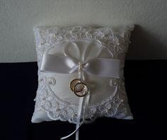 Almofada para casamento em tafetá com renda bordada com pérolas e fitas.