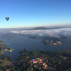 Balloon pilot and photographer @ayeinthesky shared this awesome image of a shroud of fog engulfing the bottom of Black Mountain during the Canberra Balloon Spectacular. #visitcanberra #seeaustralia