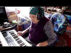 Бабушка потрясающе проникновенно поет песню на немецком языке чудесным голосом, играя при этом на синтезаторе. Судя по музыкальному оснащению комнаты - у тал...