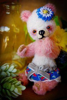 手のひらにちょこんと乗っかるファニーフェイスのパンダです。日々のお伴に連れていってもいただける小さなコです。作品 #114 体長 約13センチ 座った状態 約...|ハンドメイド、手作り、手仕事品の通販・販売・購入ならCreema。