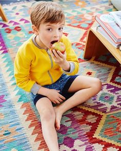 A imagem pode conter: 1 pessoa, sentado e comendo Barefoot In The Park, Barefoot Kids, Young Cute Boys, Cute Teenage Boys, Boy Models, Child Models, Beauty Of Boys, Kids Photography Boys, Boys Playing