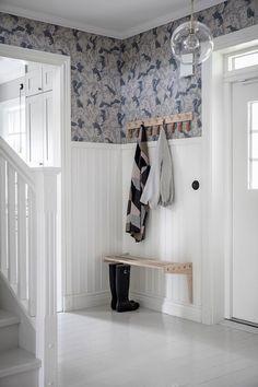 Wood Interior Design, Home Interior, Interior And Exterior, Interior Decorating, Hallway Inspiration, Interior Inspiration, Scandinavian Cottage, Entry Hallway, Beautiful Interiors