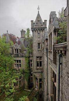 Opuszczony zamek Miranda w Celles (Belgia)