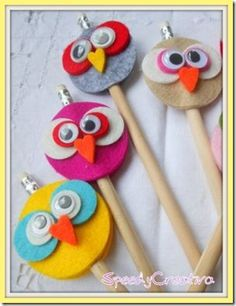 25 Owl Crafts for Six Year Olds Adorable owl felt pencil toppers. Would make for a fun party favor or activity, or just a fun craft on a rainy day. Owl Crafts, Diy And Crafts, Crafts For Kids, Arts And Crafts, Paper Crafts, Operation Christmas Child, Market Day Ideas, Fete Ideas, Sewing Projects