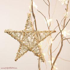 ¿Estás preparando la decoración del árbol de Navidad? Si buscasideas DIY para decorar tu árbol navideño, prueba con esta estrella dorada de hilo y madera. Puedes usarla para coronar el árbol o como adorno para colgar haciendo las estrella en un tamaño más pequeño. MATERIALES: 5 palillos de madera de 20 cm (alternativa: palos de las brochetas o pinchitos). Esmalte dorado. Pincel. Pegamento de contacto. Puedes personalizarla a tu gusto: con purpurina, hilo, cuerda… VÍDEO CÓMO HACER ESTRELLA…