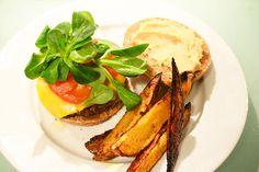 VEGAN BURGER INGREDIENTES Para las hamburguesas: 1 taza de porotos aduki cocidos 1 cebolla de verdeo picadita ½ diente de ajo picadito o un poco de ajo d...