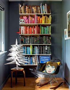 Love the colour coded books!!! A clever and inexpensive way to create interest in a space.