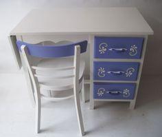 Desk comes with hand painted chair / kinderbureau van Mimi en Co #kinderbureau #kindermeubelen #kinderkamers