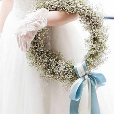 ひときわ目を引くクラシカルなかすみ草のリースブーケ。ご新婦さまが『絶対これにしたかった』という、憧れのブーケが叶いました。ブルーとホワイトのリボンで動きが付いて可愛らしい仕上がりに♡ Rustic Wedding Flowers, Bride Flowers, Wedding Wreaths, Flower Bouquet Wedding, Rose Wedding, Bridesmaid Bouquet, Floral Wedding, Wedding Colors, Wagon For Wedding