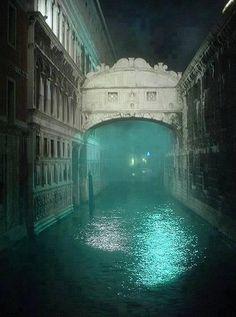 Noche. De niebla en el puente de los suspiros en Venecia italia