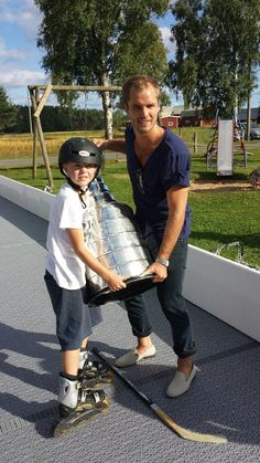 Hjalmarsson introduces Stanley to roller hockey!