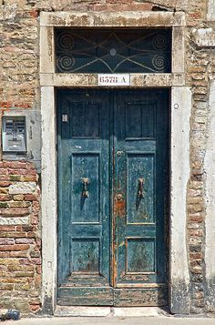 How easy it is to obsess about beautiful doors, when you find them !